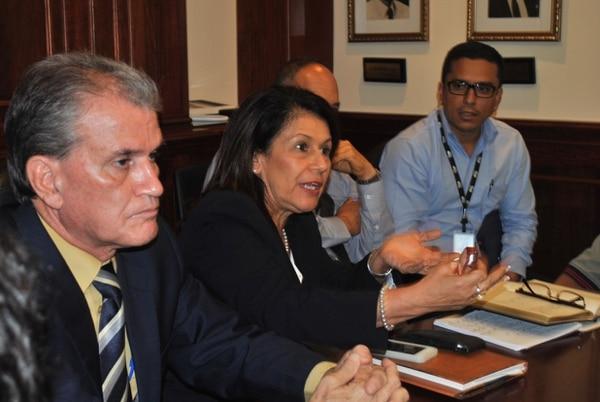 La ministra de Educación, Sonia Marta Mora, se reunió este martes con los representantes de la junta administrativa del colegio San Luis Gonzaga.