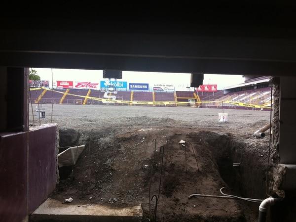 Así estaba ayer el hueco que se abrió debajo de la gradería sur del Saprissa. Por este espacio saldrán e ingresarán los futbolistas.   JOSÉ LUIS RODRÍGUEZ C.