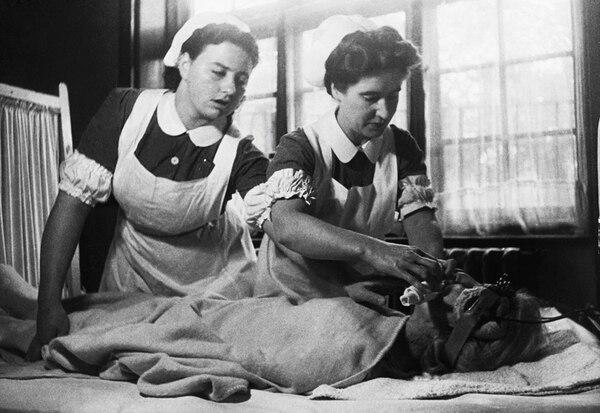 A la izquierda, dos enfermeras en Inglaterra preparan a una paciente con depresión severa para someterla a terapia electroconvulsiva ( electroshock ) en 1946. Esta técnica sigue usándose en la actualidad para casos que no responden bien al tratamiento con fármacos, como se aprecia en la imagen de al lado, tomada en 1998 en un hospital de Nueva York.
