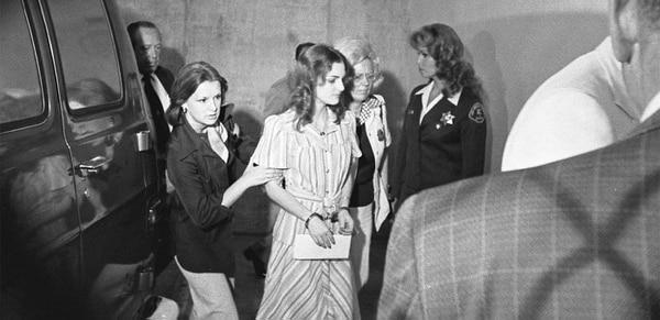 Patricia Hearst, en el año 1976, mientras asistía a prestar su declaración a las autoridades. Fotografía: Archivo