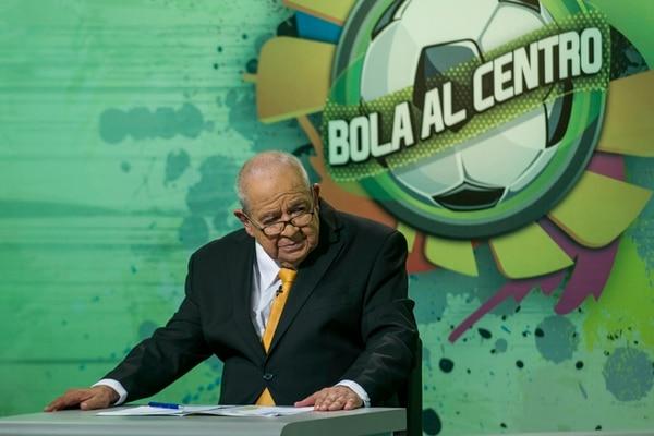 """Todo terreno. """"Mi primera casa, lógicamente, es Columbia; pero mi segunda casa es canal 7"""", asegura Rojas, quien pronto cumplirá 50 años en esa emisora. Bola al centro es su primer programa televisivo en tiempos de Mundial. Fabián Hernández"""