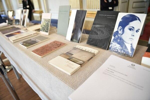 Los doce libros de Louise Glück fueron exhibidos esta mañana en la Academia Sueca, luego de anunciar que la autora había ganado el Nobel. AFP