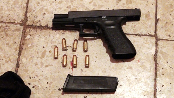 Los delincuentes robaron las dos armas de reglamento de los oficiales.