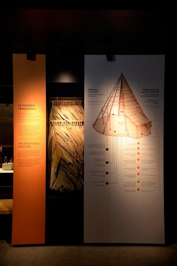 Una explicación de los materiales y simbolismos de la vivienda tradicional indígena. Foto: Diana Méndez.