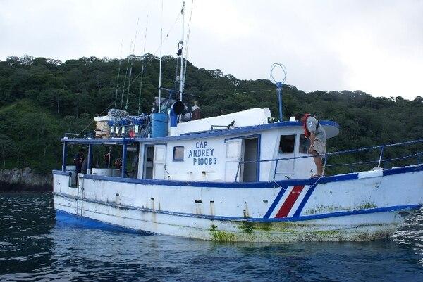 Esta es la embarcación que supuestamente irrespetó los límites de la zona protegida de la isla, según denunció el Parque Nacional.   PNIC.