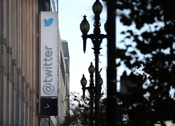 Letrero en las afueras del las oficinas centrales de Twitter en San Francisco, California.