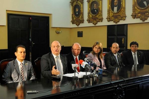 La fracción del PUSC presentó una iniciativa para limitar los salarios en el sector público. Rodolfo Piza, líder de la Unidad, apoya el proyecto de ley.