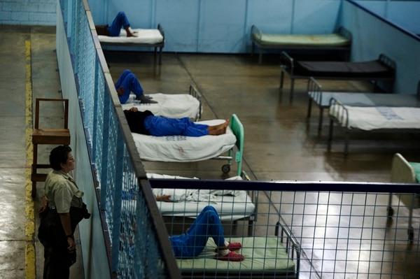 Una oficial de Adaptación Social vigila el área de pacientes con medidas cautelares en el centro de enfermos mentales en La Uruca. | PABLO MONTIEL