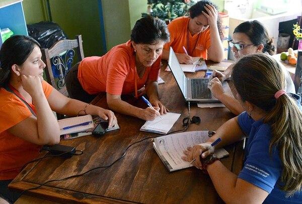 Lorena Sáenz, coordinadora de la brigada, se reúne con las diversas personas que conforman su equipo en cada una de las emergencias para ver el trabajo del día.