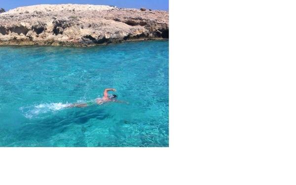 Chipre tiene playas espectaculares. El tico Crisanto Alonso Arias disfruta una de ellas.