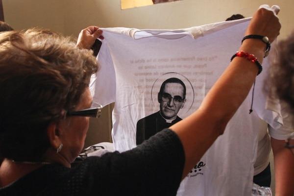 Los feligreses realizaron camisetas con la estampa del nuevo santo. AFP