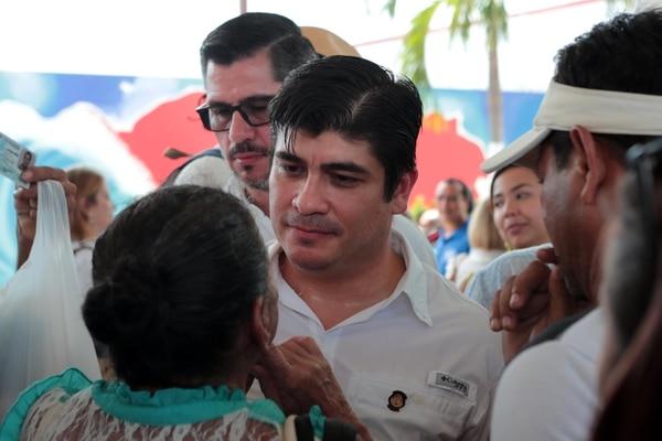 El presidente Carlos Alvarado atiene a una de las mujeres que llegó a pedirle ayuda para Puntarenas. Alvarado hizo una gira por el cantón central de esa provincia, este miércoles. Foto: Alonso Tenorio.