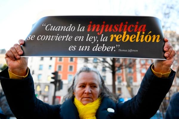 Una mujer protestó contra el juicio a los separatistas catalanes que se inició este martes 12 de febrero del 2019 en Madrid.