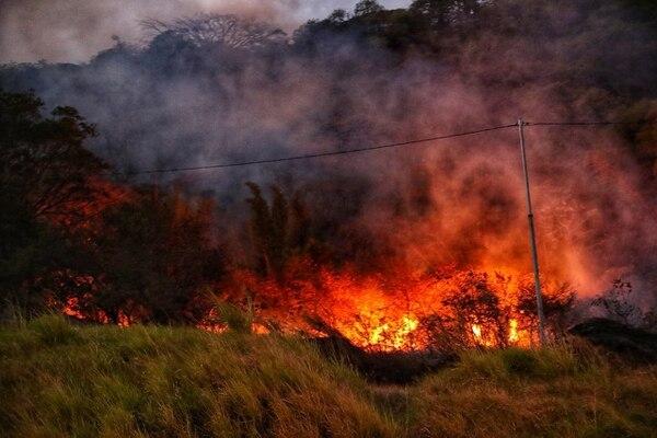 Las llamas se han extendido a varios metros de altura, lo que ha llamado la atención de los conductores. Foto: John Durán