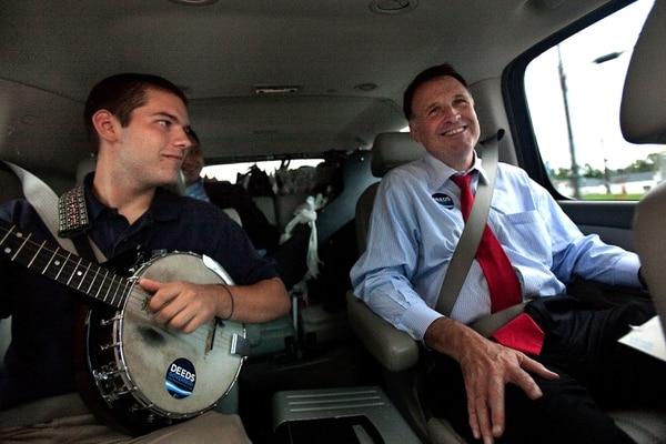 Fotografía de setiembre de 2009. El candidato demócrata Creigh Deeds con su hijo Gus durante eventos de campaña.