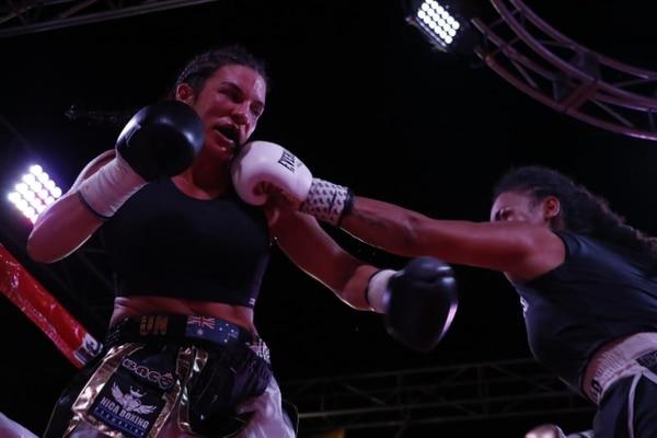 La costarricense Hanna Gabriel conecta un golpe a su rival, la australiana Sarah Dwyer, a quien derrotó para mantener el título mundial de las 154 libras. Fotografía: Bismarck Picado