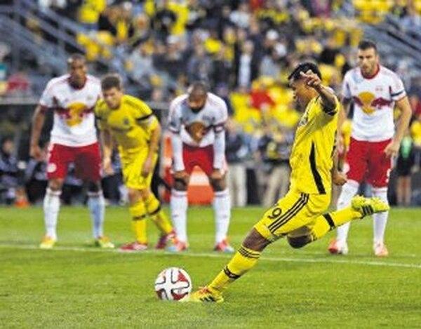 Jairo Arrieta anotó ayer de penal el gol del Columbus Crew en el empate 1-1 contra el Red Bull. A la izquierda, al fondo, el también tico Roy Miller. | AP