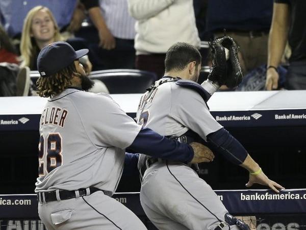 Prince Fielder auxilia a su compañero, Alex Avila, quien casi cae al atrapar una bola de foul. Se ven bien unos Tigres de gran pitcheo y mejor bateo. | AP.