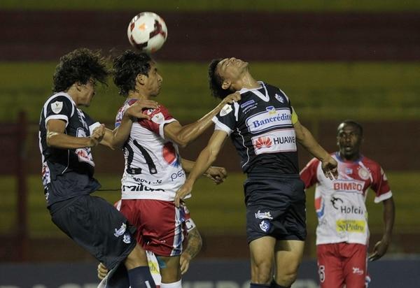 Jonathan Barrios (centro), del Metapán, disputa el balón ante la marca de Andrés Flores (izquierda) y José Villalobos, del Cartaginés. | EFE