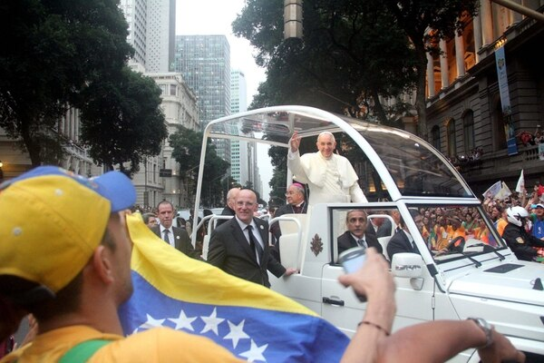 El papa Francisco saluda a las personas apostadas en una de las calles de Río de Janeiro.