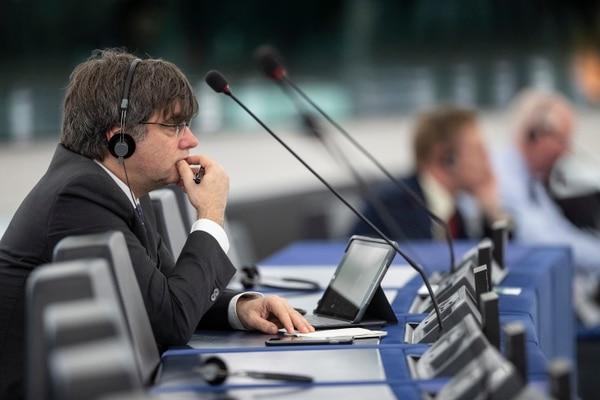 El expresidente de Cataluña, Carles Puigdemont, escucha discursos en el Parlamento Europeo el martes 14 de enero del 2020, en Estrasburgo, este de Francia. Foto: AFP