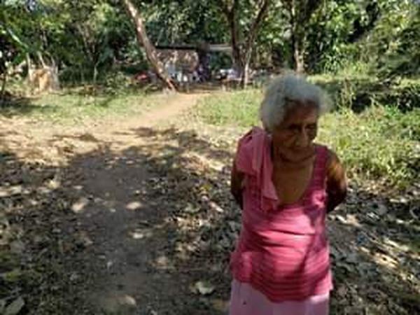 A sus 89 años, Marcelina Martínez tiene que cuidar a su hijo con discapacidad. Con sus propias manos, levantó un rancho con cartones, a la orilla del río Enmedio, en Hato Viejo de Santa Cruz. Foto: Cortesía Dinarte Noticias