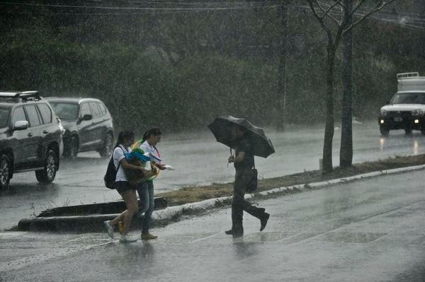 Frente a la Facultad de Derecho de la UCR en San Pedro, varias personas fueron sorprendidas por las lluvias la tarde de este miércoles.