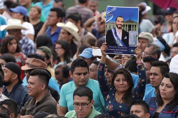 Una mujer mostraba un retrato del nuevo presidente salvadoreño, Nayib Bukele, en la ceremonia de investidura, este sábado 1.° de junio del 2019, en San Salvador.