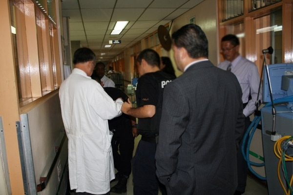 El médico fue detenido mientras laboraba en el hospital Calderón Guardia. | FOTO: OIJ PARA LA NACIÓN.