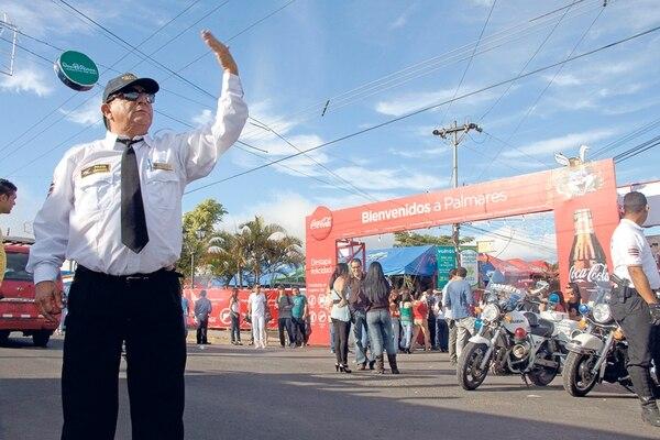 Los operativos viales darán inicio hoy, pero se reforzarán mañana por el tope. Participarán cerca de 140 efectivos de Tránsito. Fabián Hernández para LN.