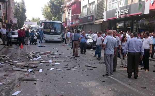 La gente observa el lugar de una explosión en la oficina del Partido Democrático del Pueblo pro-kurdo (HDP) en Mersin, Turquía.
