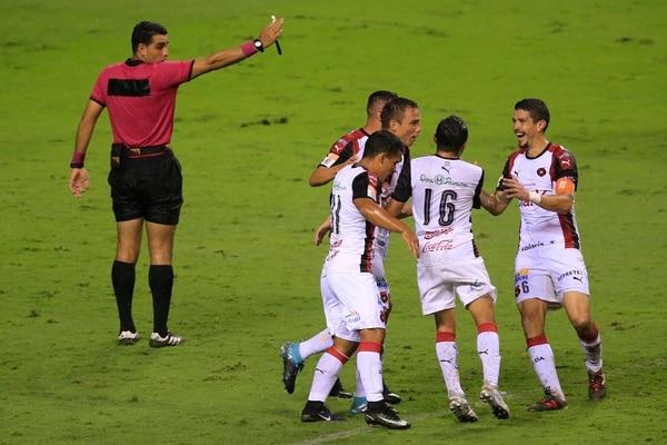 José Andrés Salvatierra celebró efusivamente el gol de Kenner Gutiérrez ante Cartaginés.