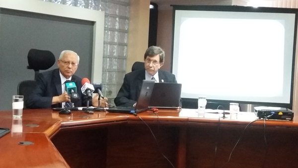 En la foto Helio Fallas, ministro de Hacienda y Rosendo Pujol, ministro de Vivienda.