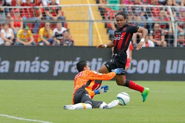 Leonel Moreira, quien suma 636 minutos sin recibir goles sale a atrapar un balón que pretendía el manudo Jonathan McDonald. | MAYELA LÓPEZ