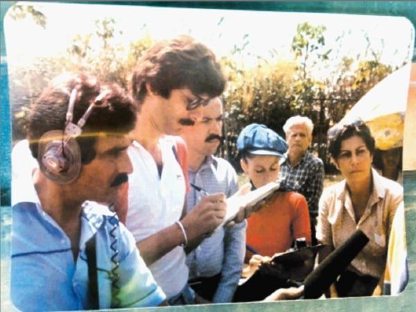 Junto a reporteros como Rodolfo Martín y Ramón Soto, Roberto García cubre la presentación de un documental sobre María del Milagro París.