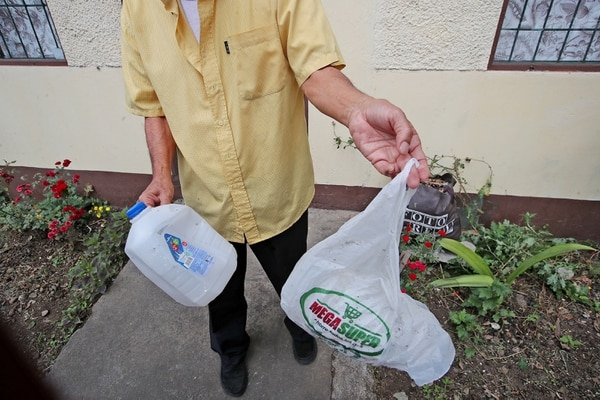 Un vecino mostró este domingo la bolsa y el galón de leche, vacío pues se reventó en el golpe, que fueron lanzados por el fallecido para evitar que asaltaran a su hijo. Foto: John Durán