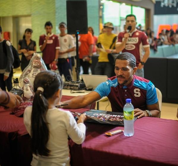 Arauz firmó autógrafos ayer en Plaza Lincoln. | GABRIELA TÉLLEZ