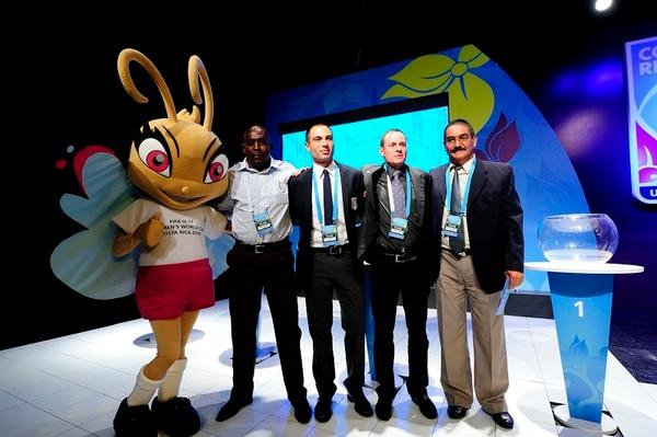Juan Diego Quesada (derecha), posa junto con los técnicos de las selecciones que serán rivales de Costa Rica en el Mundial Femenino Sub-17