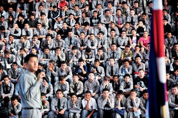 Más de un millón de estudiantes de escuelas y colegios públicos se alistan para entrar a clases el 9 de este mes.