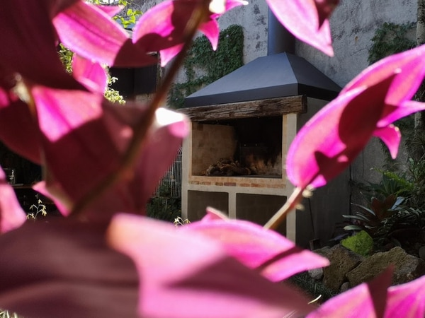 Flores y más flores. Este sitio tiene un exceso de belleza floral. Al fondo, en segundo plano, la gran parrilla. Parece una chimenea. Foto: Osvaldo Calderón