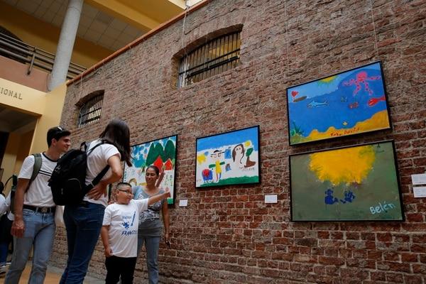 José Francisco Arrieta, de nueve años, mostró a sus familiares y a las familias de otros expositores su pintura