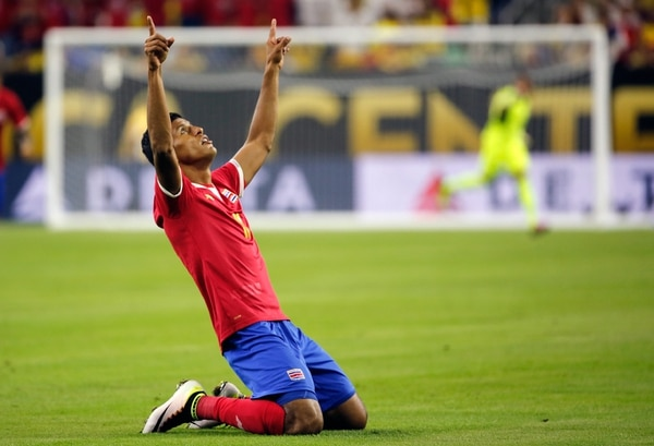 Johan Venegas alza sus manos hacia el cielo para celebrar la primera anotación de Costa Rica frente al combinado de Colombia.   EFE