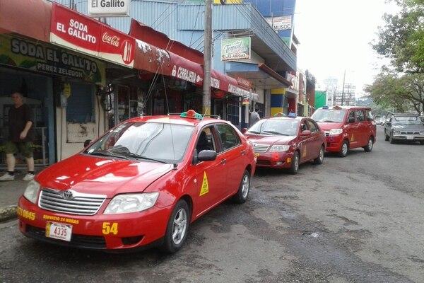 Los nuevos indicadores muestran la evolución en los costos del servicio de bus y taxi. Foto: Mario Cordero.