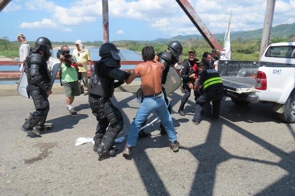 Durante el levantamiento del bloqueo se produjo una discusión entre manifestantes y oficiales de Policía, en la que resultaron heridos un manifestante y un oficial de la fuerza Pública. Además, se detuvieron siete personas, de las cuales ayer se liberó solamente una. | ALFONSO QUESADA.