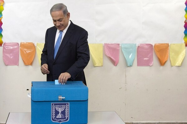 EEl primer ministro israelí, Benjamín Netanyahu ejerció su voto en un colegio electoral en Jerusalén este martes.