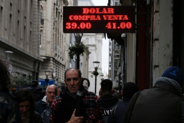 30 de agosto del 2018. Porteños caminan frente a una casa de cambio en Buenos Aires, Argentina. El Banco Central aumentó, a 60%, la tasa de interés de referencia del país; es la más alta del mundo. (AP Photo/Natacha Pisarenko)