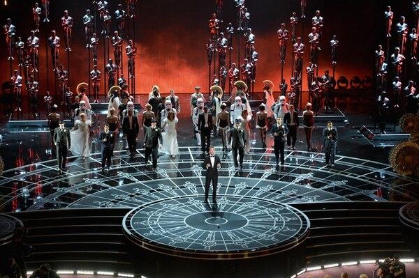 Vistoso. El musical de inicio fue poderoso; Neil Patrick Harris cantó y bailó. Fue un buen comienzo de la noche. AFP.
