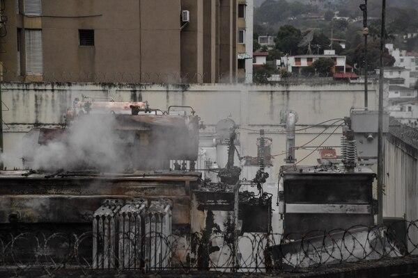 Humo emanaba este lunes 11 de marzo del 2019 de la subestación eléctrica de Corpoelec, en Caracas, que ardió en la madrugada.