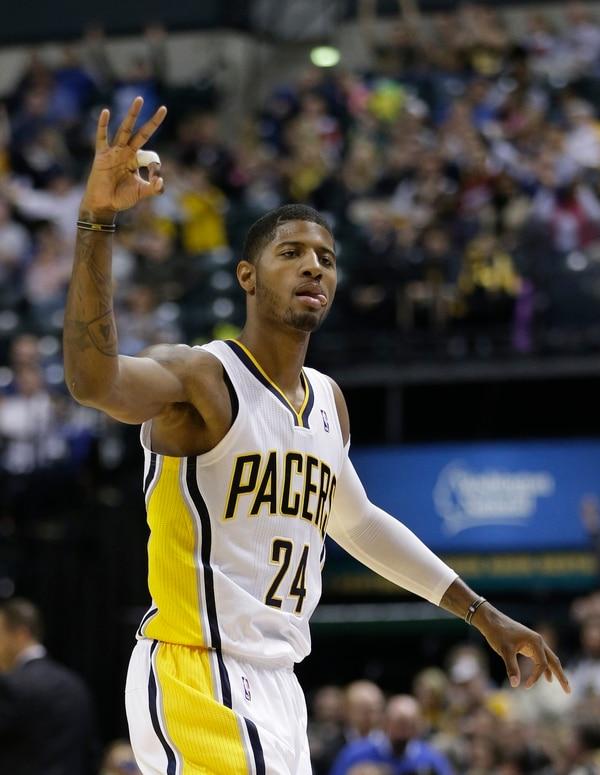 El jugador de los Pacers Paul George celebra una canasta de tres puntos en el partido ante los Raptors.