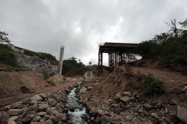 Los trabajos para construir un puente sobre el río Laguna, en la nueva carretera a San Carlos, se paralizaron debido a que la zona tiene suelos de mala calidad y alta concentración de agua. El MOPT considera que allí se debe instalar un puente atirantado de 230 metros de longitud. Foto: Alonso Tenorio